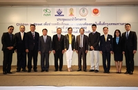 Deputy Minister of Education Kanokwan Wilawan (center) and relevant persons