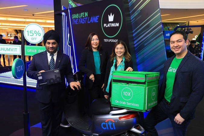 From left, Sandeep Batra and Vira-Anong C Phutrakul of Citibank Thailand, Huey Tyng Ooi of GrabPay and Tarin Thaniyavarn of Grab Thailand