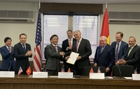 Vietnamese Minister of Industry and Trade Trần Tuấn Anh (third, left) handed over a document of the MoIT to the US side, announcing that Vietnamese Prime Minister Nguyễn Xuân Phúc has agreed to assign AES Corporation to be the major investor of the US$5 billion Sơn Mỹ 2 Gas Power Plant under a Build-Operate-Transfer contract. — VNA/VNS Photo Đặng Huyền