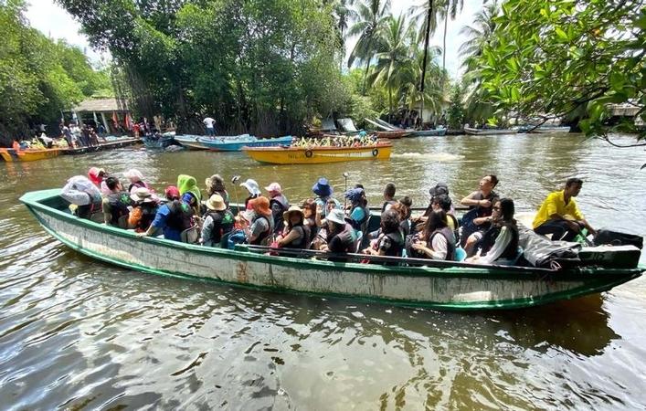 Chinese tourists visit a mangrove swamp in Sri Lanka on Saturday. (DU LIANYI / CHINA DAILY)