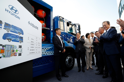 President Moon Jae-in (third from right) is briefed by an official from Hyundai Motor about a hydrogen-powered garbage truck during his visit to the carmaker's Namyang R&D Center in Hwaseong, Gyeonggi Province, Tuesday. Frouth from right Hyundai Motor's executivee vice chairmain Chung Euisun. (Yonhap)