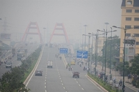 Photochemical smog, a common phenomenon near traffic hot spots in HCM City, occurs cyclically. — Photo baomoi.com
