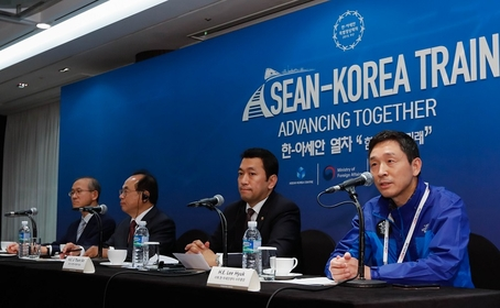 Lim Sung-nam, ROK Ambassador to ASEAN (Lefy), Oh Keo-don, Mayor of Busan, Thant Sin, Ambassador of Myanmar to the Republic of Korea, and Lee Hyuk, Secretary-General of the ASEAN-Korea Centre (Right)