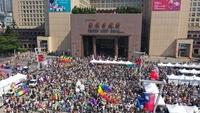 週六「2019台灣同志遊行」吸引超過二十萬人一同共襄盛舉| The 2019 Taiwan LGBT Pride, organized by Marriage Equality Coalition Taiwan, attracted more than 200,000 visitors from around the world. (Courtesy of Marriage Equality Coalition Taiwan)