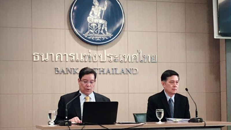 Titanun Mallikamas,left, secretary of the Monetary Policy Committee (MPC) and Mathee Supapongse, deputy governor of the Bank of Thailand, brief the press today (November 6) on the MPC's decision to cut policy rate by 0.25 percentage point from 1.50 per cent to 1.25 per cent, effective immediately.