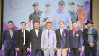 Thongchai Jaidee, middle, and VIP guests in a photo session.