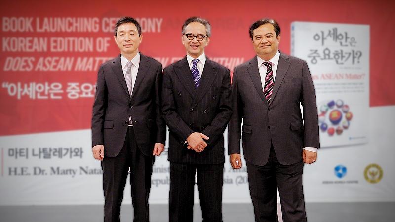 (From the left) Lee Hyuk, Marty Natalegawa, and Umar Hadi, Indonesian Ambassador to Korea