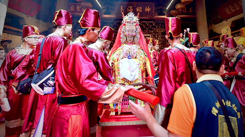 Followers prepare to move the statue of Mazu out of the Meizhou Mazu Ancestral Temple.[Photo/Xinhua]