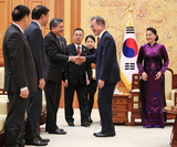 President Moon Jae-in (center) shakes hands with delegates accompanying Chairwoman of Vietnam's National Assembly Nguyen Thi Kim Ngan (right) at Cheong Wa Dae during her visit to Seoul on Dec. 6, 2018. During the meeting, Moon emphasized the importance of Vietnam to South Korea and the need for wider economic and human exchanges. (Yonhap)