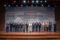 Participants at The ASEAN-Korea Food Fermentation and Culture Forum pose at the aT Center in Seoul on Tuesday (Ministry of Agriculture, Food and Rural Affairs)