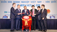Prime Minister of Vietnam Nguyen Xuan Phuc, third from left, Deputy Prime Minister of South Korea Hong Nam-Ki, second from left, Chairman of Federation of Korean Industries Huh Chang-Soo, first from left, with Vietjet Vice Chairman Nguyen Thanh Hung, second from right, in the ceremony to launch the new routes.