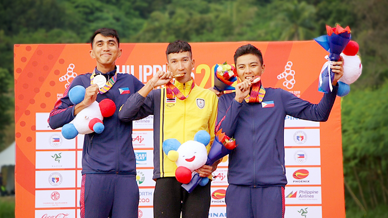 Keerati Sukprasart, middle. kisses the SEA Games gold medal.