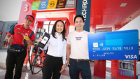 Alice Potter, left, Country Chairman and General Manager – Products, Chevron (Thailand) Limited and Suripong Tantiyanon, Country Manager for Visa Thailand celebrate the launch of contactless payments across all Caltex stations nationwide.