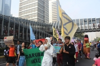 Climate crisis: Members of Extinction Rebellion Indonesia march along Jl. Sudirman in Central Jakarta during the Rebellion Week campaign on Oct. 13. The activists demanded the government declare a climate emergency, as seen on the banner. (Extinction Rebellion Indonesia/Nabila Andrawina)