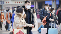 People are seen wearing masks at Beijing Railway Station on Jan 21, 2020. As of 6 pm on Tuesday, there have been five cases of the novel coronavirus (2019-nCoV) infection in Beijing. [Photo by Zou Hong/chinadaily.com.cn]