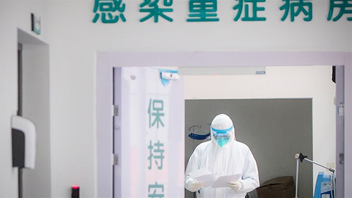 A medical employee works at the department of infectious diseases in Wuhan Union Hospital, to combat the novel coronavirus (2019-nCoV) pneumonia, in Wuhan, Central China's Hubei province, Jan 28, 2020. [Photo/Xinhua]