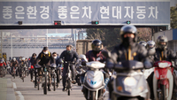 Hyundai Motor workers leave the office at the main gate of the factory located in Ulsan on Tuesday afternoon, as the automaker decides to suspend all production lines at local plants in phases due to the disruption of parts supplies from China. (Yonhap)
