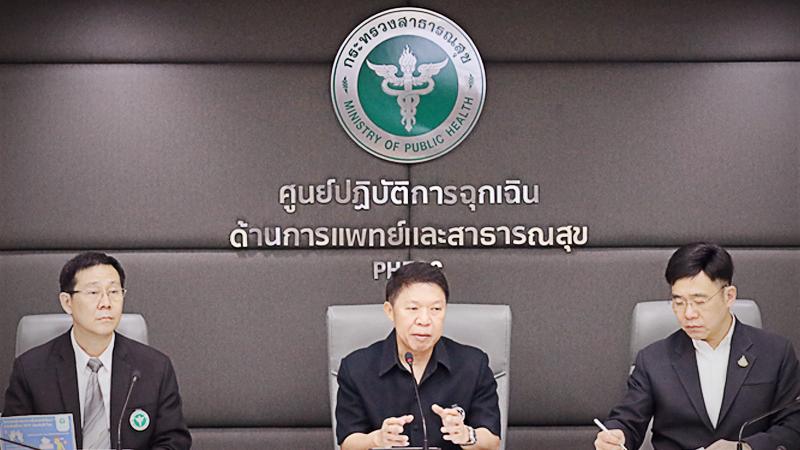 Dr Suwanchai (center)