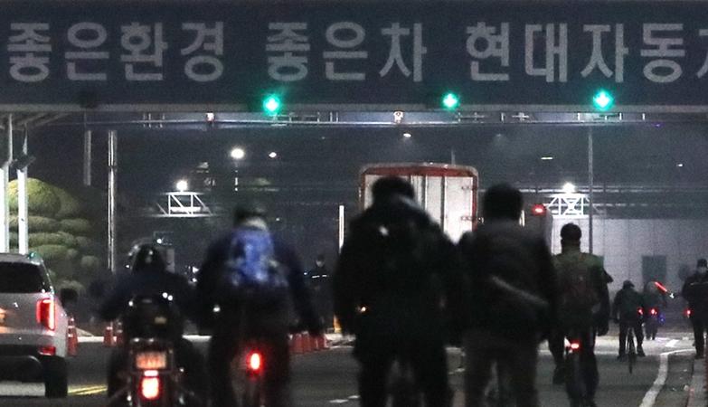 Employees at Ulsan plant of Hyundai Motor Co. return to work Tuesday. (Yonhap)
