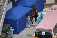 Hong Kong passengers who were on the Diamond Princess cruise ship in Japan arrive at Chun Yeung Estate in Fo Tan to be quarantined after landing in Hong Kong in the morning of Feb 20, 2020. (EDMOND TANG / CHINA DAILY)