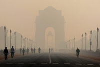 Pedestrians walk Rajpath Boulevard with India Gate monument shrouded in smog in New Delhi on Nov. 5, 2019. MUST CREDIT: Bloomberg photo by Ruhani Kaur