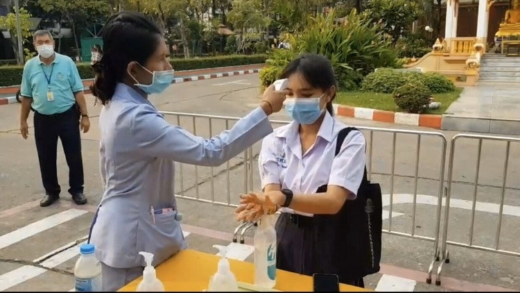 Minister distributes face masks to O-Net exam students