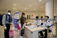 Foreign tourists fill out medical declaration forms prior to entry at Nội Bài international airport in Hà Nội. — VNA/VNS Photo