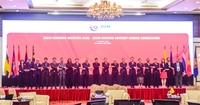 Economic ministers and participants line up for a photo session at the 26th ASEAN Economic Ministers (AEM) Retreat and the ASEAN Business Advisory Council (ASEAN-BAC) Consultation Meeting in Đà Nẵng on Tuesday. — VNS Photo Công Thành