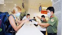 A tourist completes health check procedures at Hà Nội's Nội Bài International Airport. —Photo vietnamnet.vn