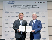 Hyundai Motor Group Executive Vice Chairman Chung Euisun (left) and Aptiv CEO Kevin Clark pose for a photo after clinching a deal in the US on Sept. 23, 2019. (Hyundai Motor Group)