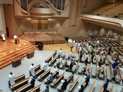 Worshippers attend Easter service on Sunday at Saemoonan Presbyterian Church in central Seoul. (Song Seung-hyun/The Korea Herald)