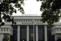 The red-and-white national flag flies at full mast at the Indonesian Supreme Court in this undated file photograph. (kompas.com/Dhoni Setiawan)