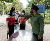 Visitors have their body temperature checked at the entrance of Kim Liên relic site in northern Nghệ An Province's Nam Đàn District. — VNA/VNS Photo Tá Chuyên