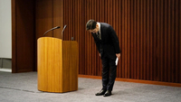 Jay Y. Lee bows after speaking during a news conference in Seoul, May 6, 2020. MUST CREDIT: Bloomberg photo by SeongJoon Cho.