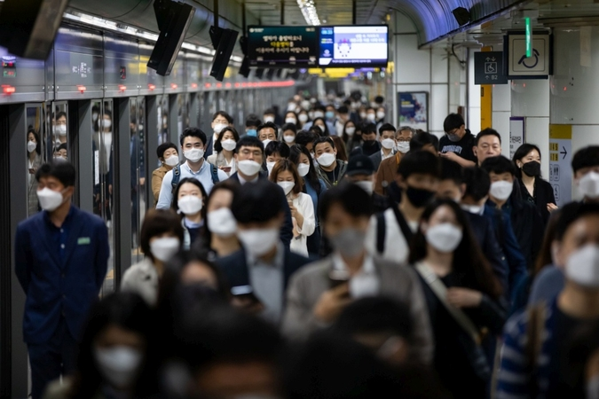 Passengers in a subway station in Seoul, South Korea, on May 18., 2020. MUST CREDIT: Bloomberg photo by SeongJoon Cho.