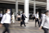 Morning commuters walk along a street in Tokyo, Japan, on May 26, 2020. MUST Credit: Bloomberg photo by Kiyoshi Ota