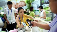 People buy latex pillow from a Thailand exhibitor at the exhibition hall of the 15th China-ASEAN (Association of Southeast Asian Nations) Expo in Nanning, capital of south China's Guangxi Zhuang Autonomous Region, Sept 12, 2018. (CAI YANG / XINHUA)