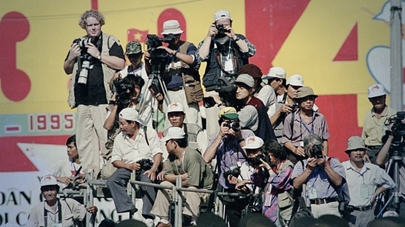 Vietnamese and foreign reporters cover the 20th anniversary of the Reunification Day (April 30, 1975 - April 30, 1995) in Hà Nội. — VNA/VNS File Photo
