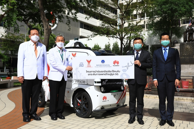 """Takorn Tantasith, third left, secretary-general of the National Broadcasting and Telecommunications Commission, together with Abel Deng, fourth left, CEO of Huawei Technologies (Thailand), hand over a 5G unmanned vehicle to Siriraj Hospital under the """"Unmanned Vehicle Pilot Project Driving Thai Healthcare to 5G Era"""" project. Receiving the donation on behalf of the hospital are Prof Dr Prasit Watanapa, second left, Dean of Faculty of Medicine, and Assoc Prof Visit Vamvanij, first left, hospital director of Siriraj Hospital."""
