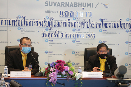 Wing Commander Suthirawat Suwanawat, Suvarnabhumi's general manager (left)
