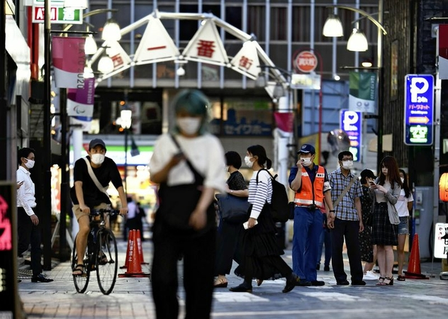 People are seen on a street in the downtown area of Toshima Ward, Tokyo, on Thursday. (The Yomiuri Shimbun)
