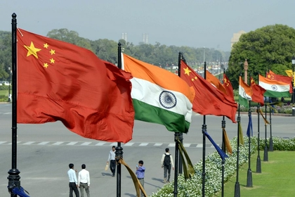 Indian and Chinese national flags flutter side by side at the Raisina hills in New Delhi, India, in this file photo. [Photo/Xinhua]
