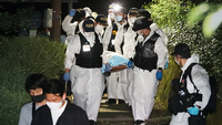 Police officers move the body of Seoul Mayor Park Won-soon to the Seoul National University Hospital on Friday. (Yonhap)