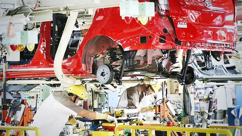 Teamwork: Workers assemble parts of a Daihatsu car in an Astra Daihatsu Motor factory in Karawang, West Java, on Wednesday. (Antara)