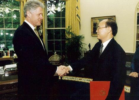 Former Vietnamese Ambassador to the US Lê Văn Bàng in 1997 meets then US President Bill Clinton. — VNA/VNS File Photo