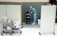 A passenger receives a PCR test at Narita Airport on April 14. (Yomiuri Shimbun file photo)