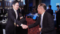 Samsung heir Lee Jae-yong shakes hands with Hyundai Motor Group heir Chung Euisun in January. (Yonhap)
