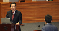 Prime Minister Chung Sye-kyun answers questions at the National Assembly on Friday. (Yonhap)