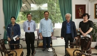 Led by Sin Chew Daily editor-in-chief Kuik Cheng Kang (second from right), Anwar Ibrahim ( third from right) shares his views with the Sin Chew Daily editorial team in an exclusive interview.