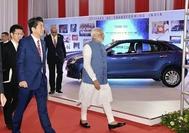 Prime Minister Shinzo Abe observes a Suzuki Corp. display with Indian Prime Minister Narendra Modi in Gujarat, India, in September 2017. (Yomiuri Shimbun file photo)